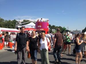 Marion Goers mit ihren Hamburger Gästen auf dem Deutschlandfest