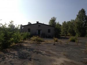 Das Baugrundstück am Neudecker Weg – hier steht noch der Abriss der NS-Zwangsarbeiterbaracke an, bevor gebaut werden kann. Foto: Bärbel Ruben