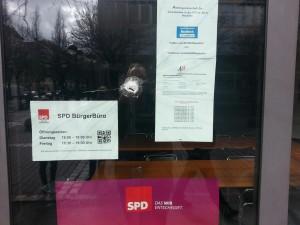 Anschlag auf das SPD BürgerBüro, alle Scheiben eingeschlagen