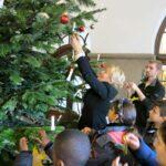 Weihnachtswünsche erfüllen mit dem Wunschbaum im Rathaus Neukölln 1