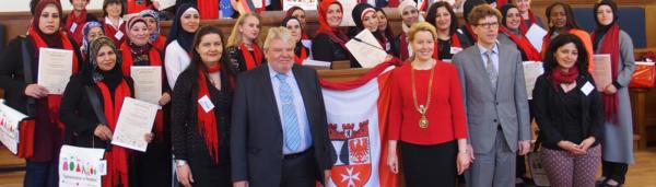 33 neue Stadtteilmütter erhielten im Mai 2015 ihre Zertifikate im Saal der Bezirksverordnetenversammlung von Bezirksbürgermeisterin Dr. Franziska Giffey