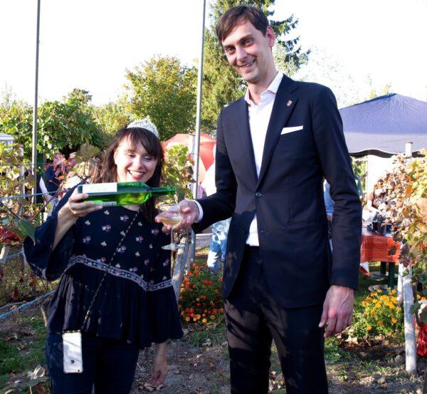 Bezirksbürgermeister Hikel krönt neue Weinkönigin 1
