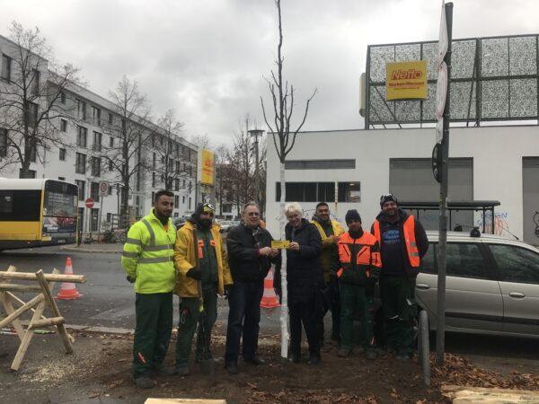 SPD-Fraktion spendet Stadtbaum gegen Papierverschwendung 1