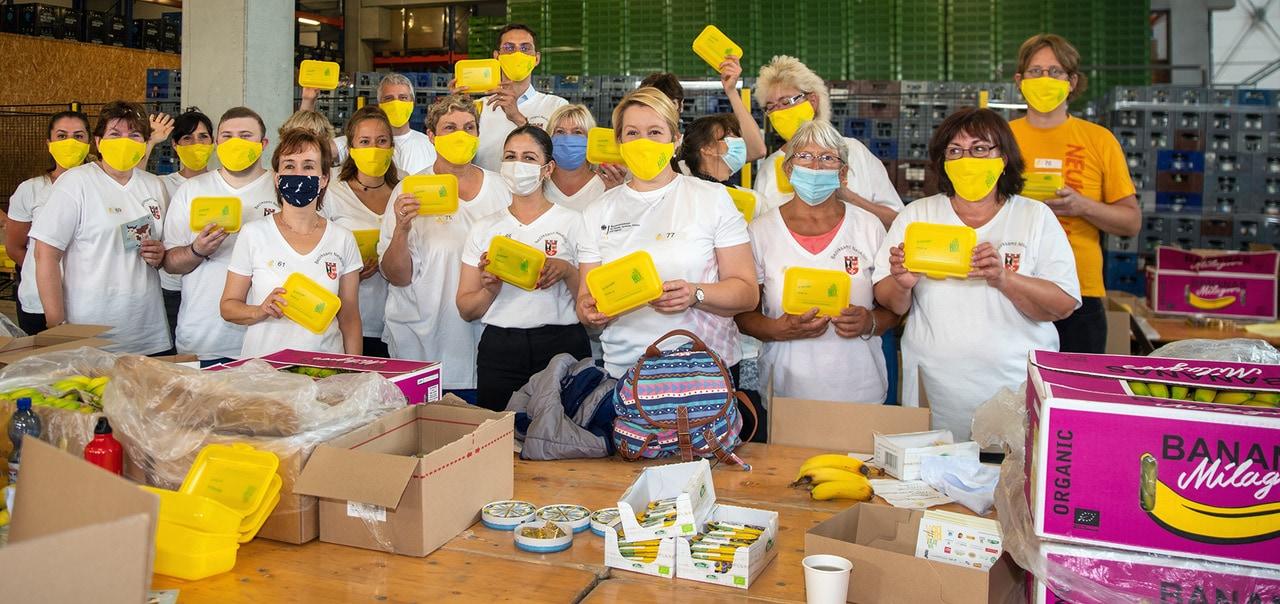 Rund 60 Tausend Bio Brotboxen für Schulanfänger gepackt 15