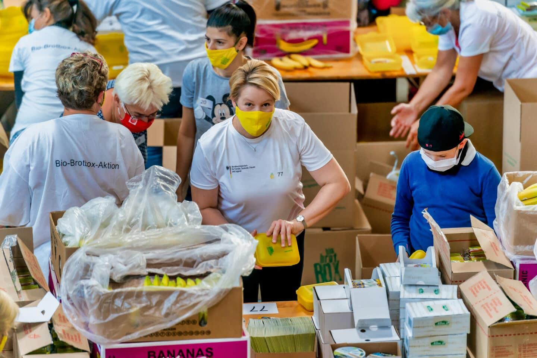 Rund 60 Tausend Bio Brotboxen für Schulanfänger gepackt 4