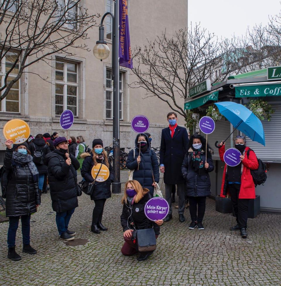 Fahne gehisst zum Internationalen Tag der Gewalt gegen Frauen und Mädchen 4