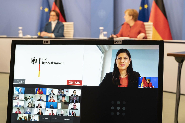 Derya Çağlar übergibt Abschlussbericht der Fachkommission Integrationsfähigkeit an die Bundeskanzlerin 2