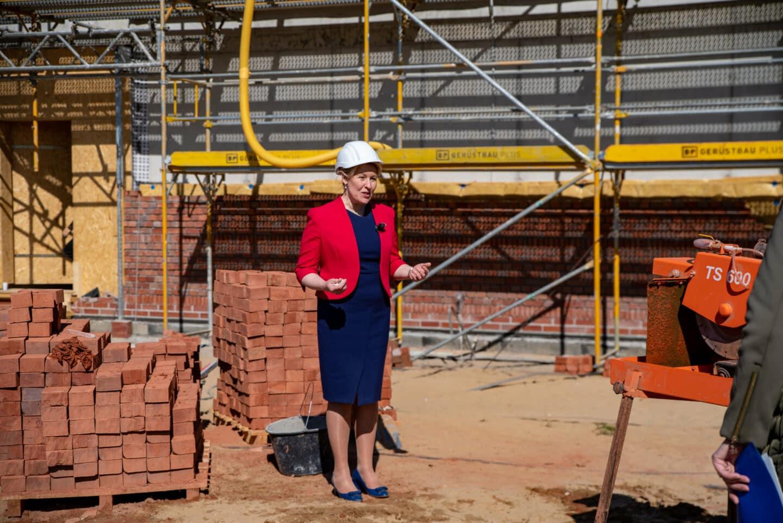 Wir bauen auf Bildung - Der Rohbau der Clay-Schule steht 1