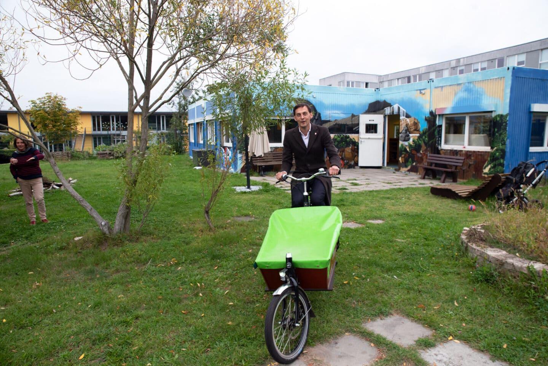 Lastenräder für Neukölln – weiteres Lastenrad an Jugendeinrichtung in Rudow übergeben 3