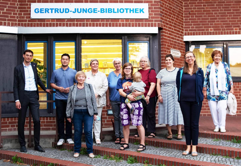 Die Stadtteilbibliothek im Gemeinschaftshaus Gropiusstadt heißt fortan Gertrud-Junge-Bibliothek 1